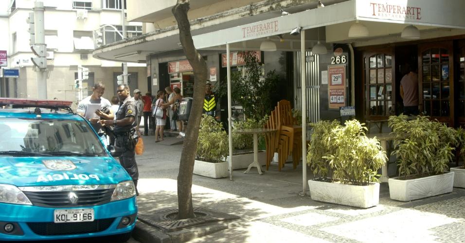 1º.out.2013 - Fachada do restaurante Temperarte, na avenida Nossa Senhora de Copacabana, zona sul do Rio de Janeiro (RJ), assaltado na manhã desta terça-feira (1). Segundo a PM, dois homens armados invadiram o local. Houve troca de tiros e um funcionário foi baleado, o cozinheiro Joseilton Rosedo, de 32 anos. Ele foi encaminhado em estado grave para o Hospital Miguel Couto, na Gávea