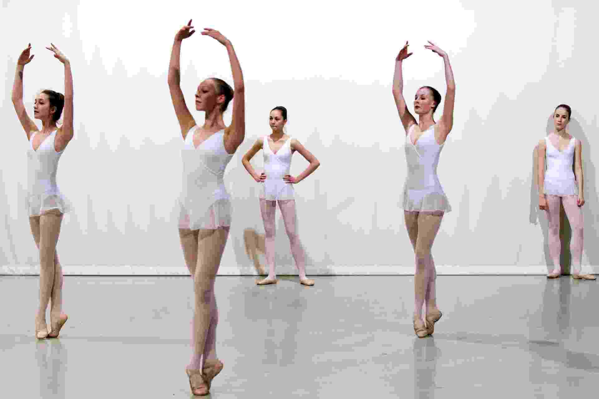 1.out.2013 -As bailarinas conseguem executar várias piruetas sentindo pouca ou nenhuma tontura, porque o cérebro se adapta aos rápidos movimentos após anos de treino. Pesquisadores britânicos descobriram que a parte do cerebelo que processa o sinal dos órgãos de equilíbrio era menor nas bailarinas e que também há diferença na percepção de tontura - o cerebelo é a região do cérebro que governa os movimentos corporais - Lionel Bonaventure/AFP