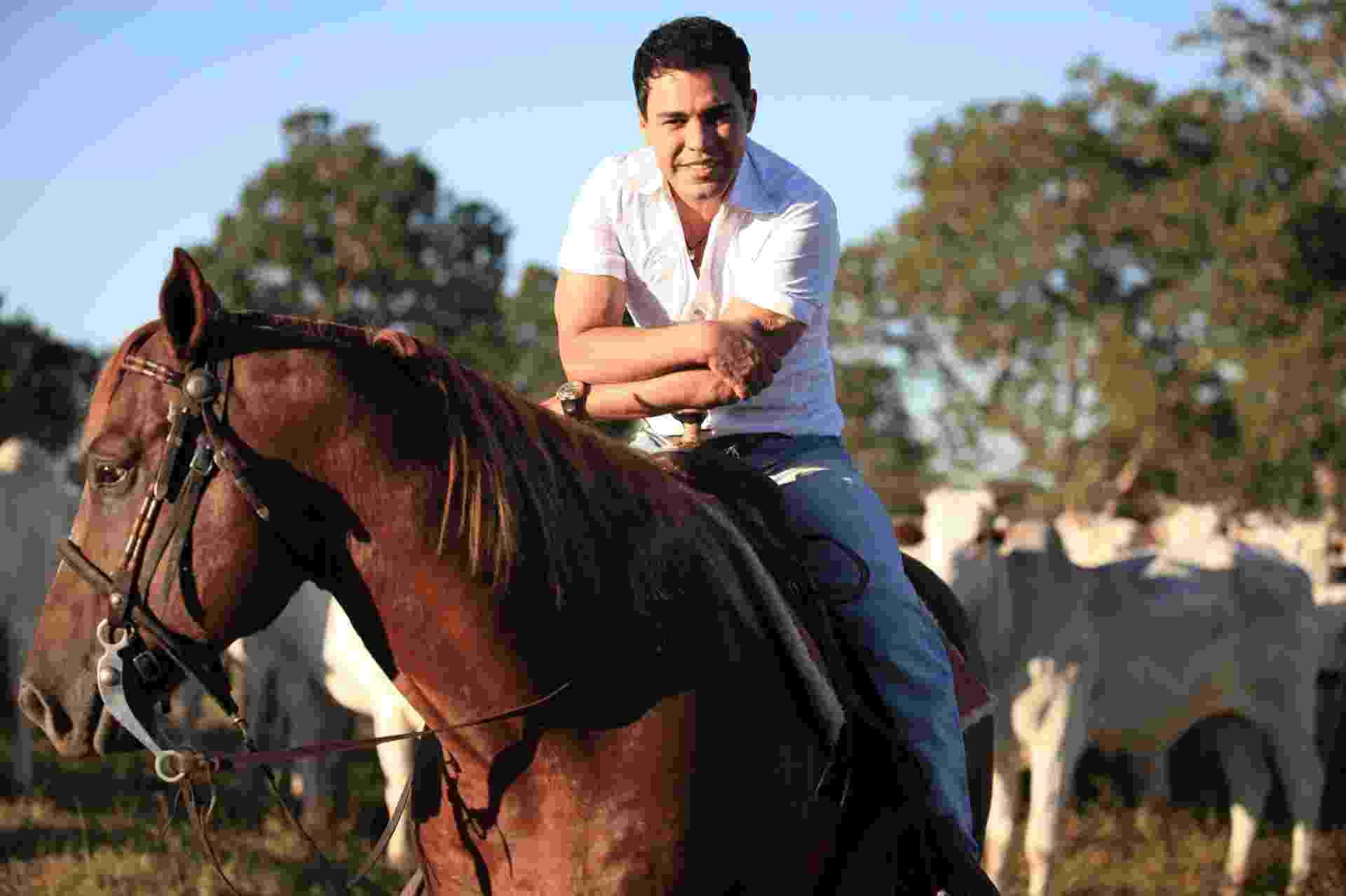 O sertanejo Zezé Di Camargo tem a pecuária como segunda profissão. Dono da fazenda É o Amor, localizada em Araguapaz (GO), o cantor cria gado da raça nelore e pretende se tornar o principal produtor de melhoramento genético do país - Divulgação/Fazenda É o Amor