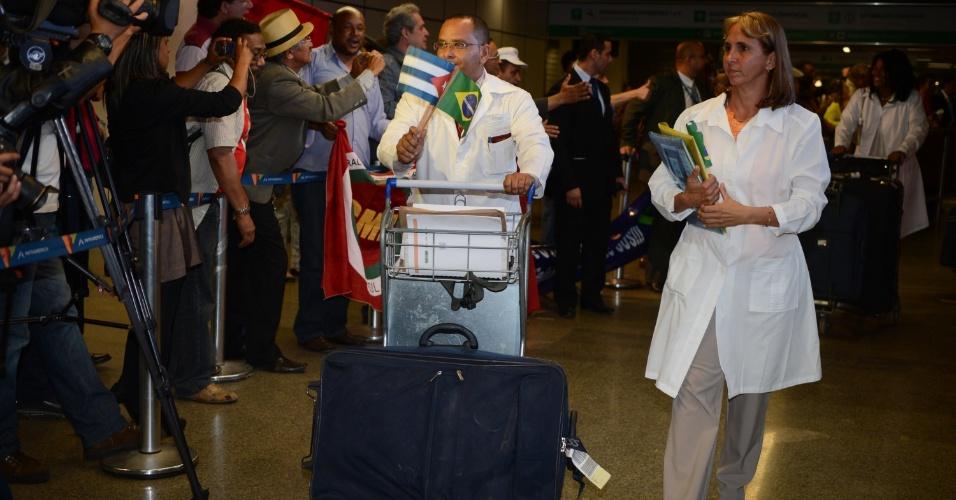 2.out.2013 - Começaram a desembarcar cerca de dois mil médicos cubanos em Brasília, nesta terça-feira (2), que vão se juntar aos demais para trabalhar em áreas carentes no programa Mais Médicos. Com bandeiras dos dois países, os profissionais de saúde estavam animados e foram bem recebidos
