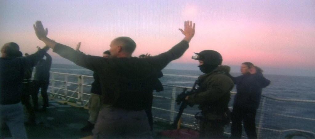2.out.2013 - Foto feita por um celular divulgada pelo Greenpeace mostra as autoridades russas dando voz de prisão à tripulação do navio quebra-gelo