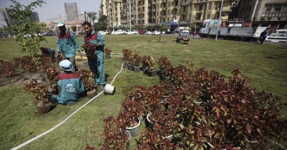 2.out.2013 - Funcionários do governo começam a replantar mudas em jardim na praça Tahrir, no centro da revolta egípcia, um dia depois de confrontos entre a polícia e membros da Irmandade Muçulmana e partidários do presidente egípcio deposto Mohamed Mursi, no Cairo. O chefe do exército do Egito pediu rápida transição para as eleições, a fim de restaurar a estabilidade do país