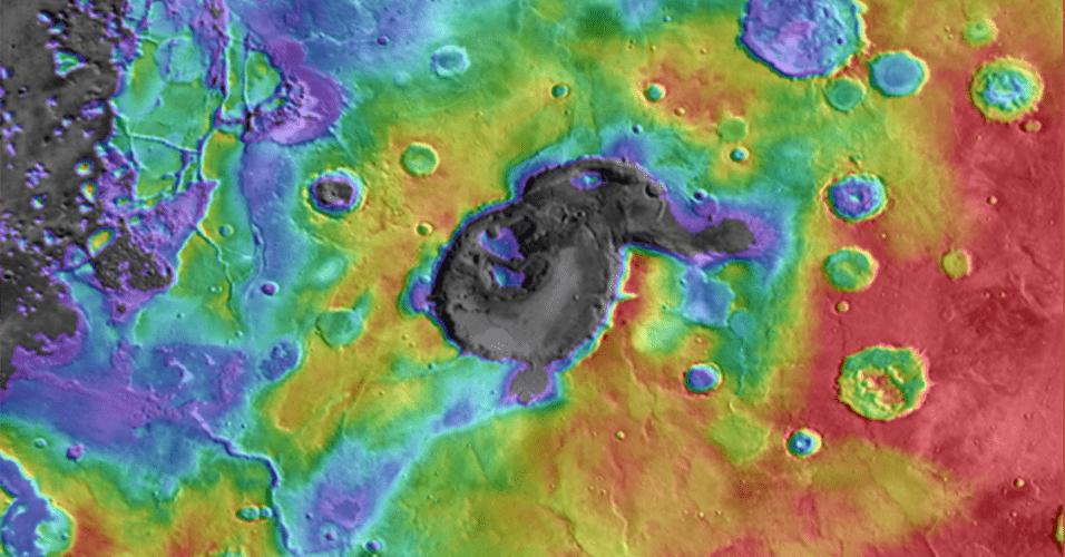 """2.out.2013 - Nova pesquisa sugere que uma grande região de crateras de Marte foi formada por uma erupção vulcânica, e não pelo impacto de um corpo celeste. Segundo Joseph Michalski, do Instituto de Ciência Planetária de Tucson, nos Estados Unidos, as depressões irregulares da Arábia Terra, uma região elevada do planeta vermelho, são, na verdade, as """"caldeiras"""" de antigos supervulcões que estão em uma província vulcânica até então desconhecida dos cientistas. Acima, vista da bacia Éden Patera, que foi alvo de estudos do grupo dos EUA - as elevações são indicadas pelas cores vermelha e amarelo"""