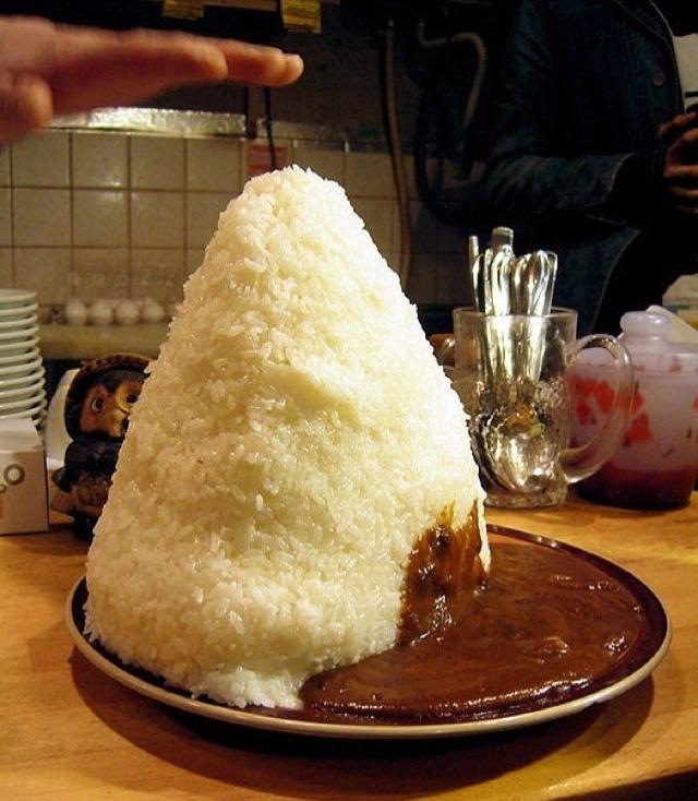 """2.out.2013 -Restaurantes no Japão oferecem versão """"jumbo"""" de pratos típicos, como o arroz com curry. Esses pratos de tamanho gigante são conhecidos como """"ohmori"""", algo como """"bem servido"""""""