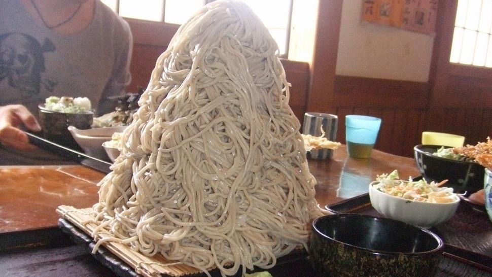 """2.out.2013 -Restaurantes no Japão oferecem versão """"jumbo"""" de pratos típicos, como o macarrão. Esses pratos de tamanho gigante são conhecidos como """"ohmori"""", algo como """"bem servido"""""""