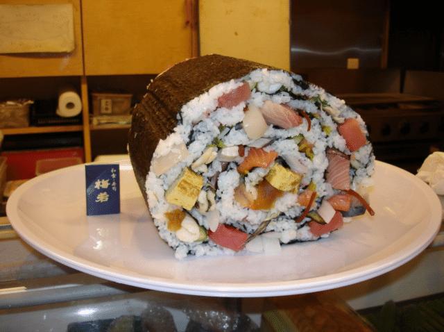 """2.out.2013 -Restaurantes no Japão oferecem versão """"jumbo"""" de pratos típicos, como o suhi. Esses pratos de tamanho gigante são conhecidos como """"ohmori"""", algo como """"bem servido"""""""