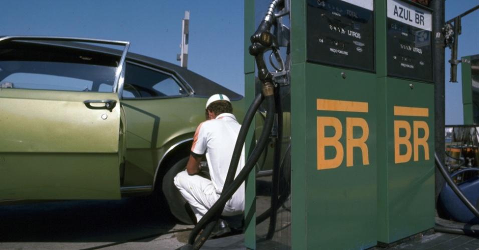 A Petrobras Distribuidora foi criada no dia 12 de novembro de 1971, herdando 804 postos de gasolina da controladora; em 1974, a empresa assumiu o posto de maior de distribuidora de derivados do petróleo do país