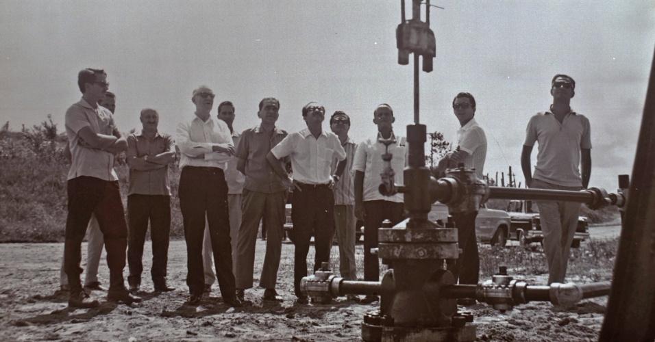 Em 1963, é descoberto o campo de Carmópolis, em Sergipe. Na foto, trabalhadores no campo de Carmópolis