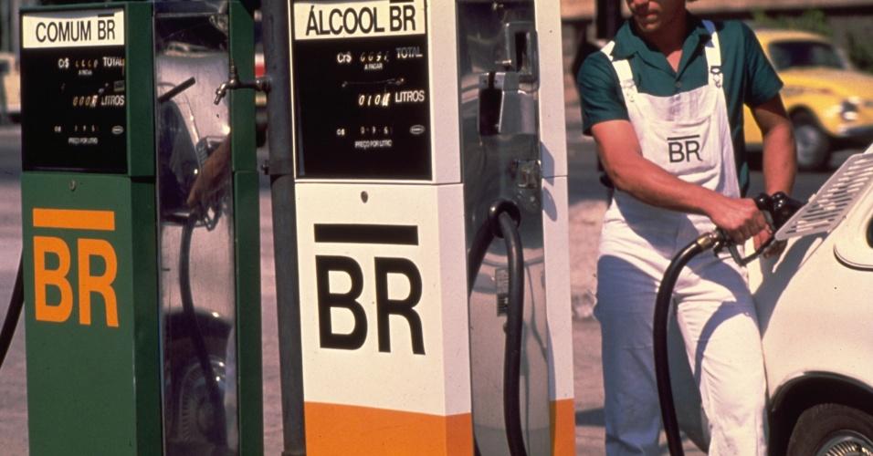 Em 1979, começa a comercialização de álcool hidratado como combustível para automóveis. Na foto, posto de gasolina equipado com bombas de álcool
