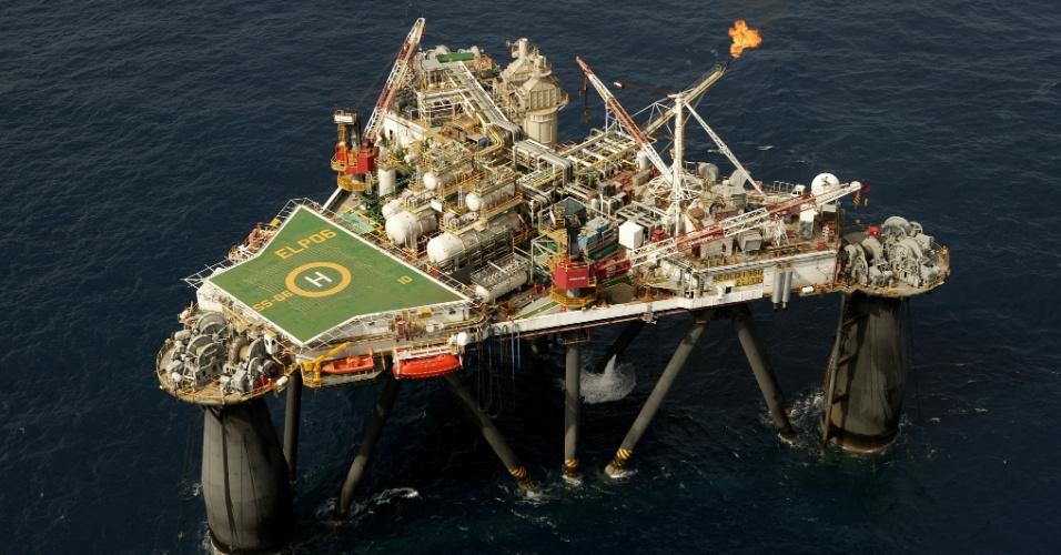 Em 1985, a Petrobras foi a primeira companhia a realizar uma completação submarina (processo para colocar o poço em produção) sem a utilização de mergulho humano em profundidade de água de 383 metros, recorde mundial da época, na Bacia de Campos