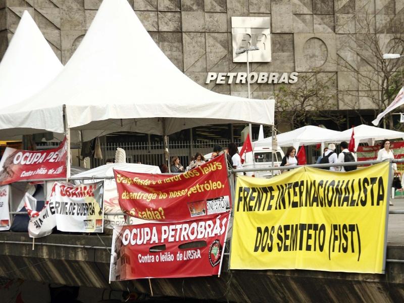 Manifestantes acampam em frente ao prédio da Petrobras, no centro da cidade do Rio de Janeiro, e permanecem no local na tarde desta segunda-feira (30)