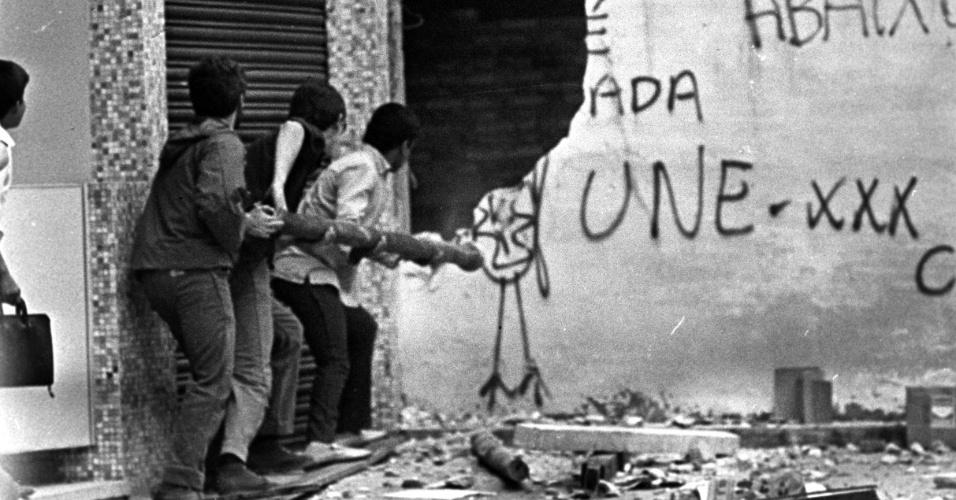Movimento estudantil: confronto entre estudantes universitários da U.S.P e da Universidade Mackenzie na rua Maria Antônia [região central de São Paulo], em 1968