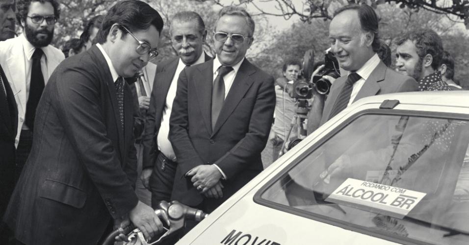 Na foto, o então presidente da Petrobras, Shigeaki Ueki, abastece veículo durante cerimônia de entrega dos primeiros carros movidos à álcool