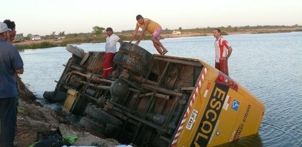 Ônibus com estudantes de Ipanguaçu voltava de Assu (RN) quando caiu no rio. 11 pessoas ficaram feridas - Focoelho.com