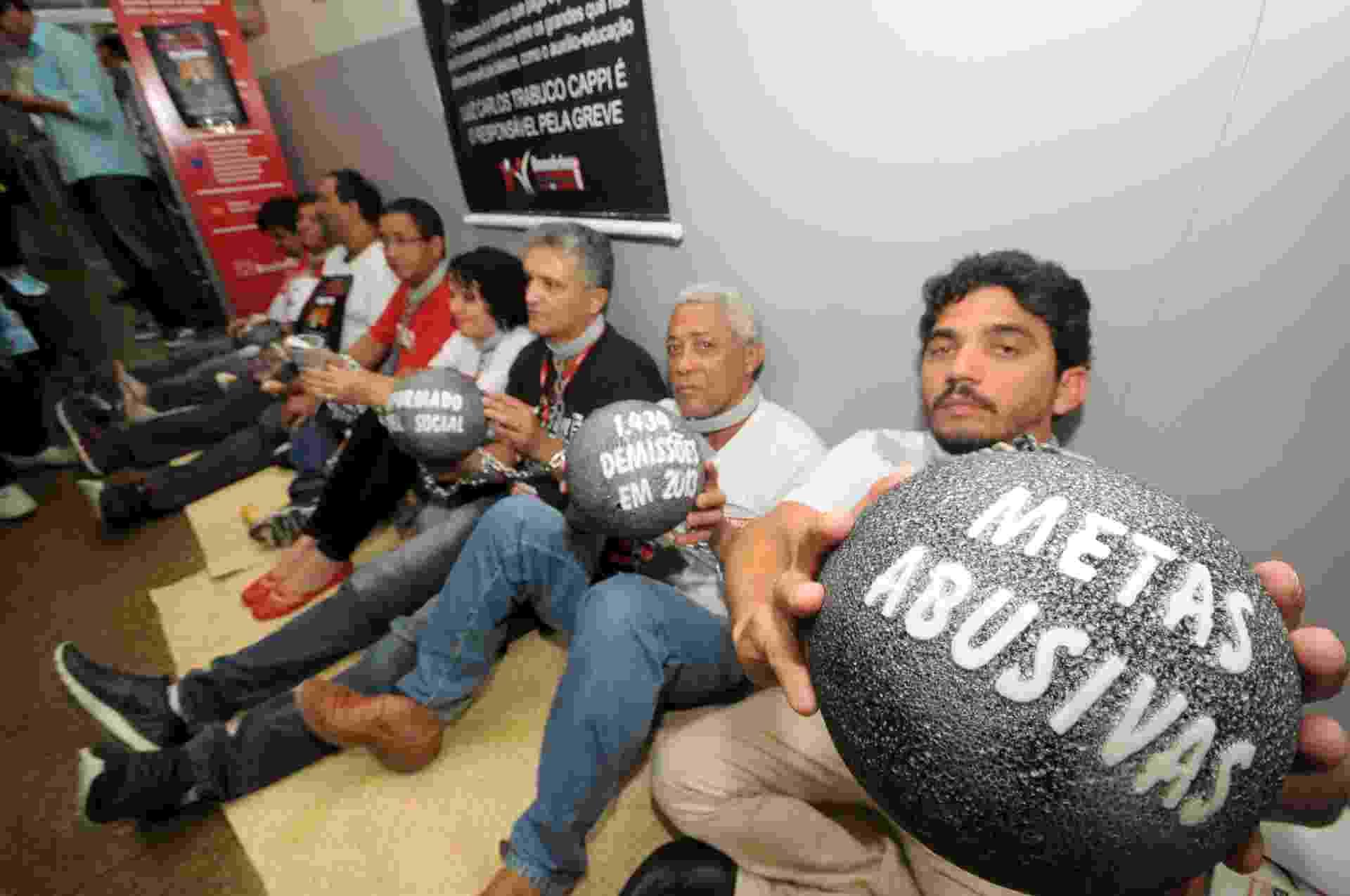 2.out.13 - Bancários do Recife em greve fazem protesto em frente a uma agência do Bradesco, localizada na rua da Concórdia, no centro da cidade - João Carlos Mazella/Fotoarena/Estadão Conteúdo