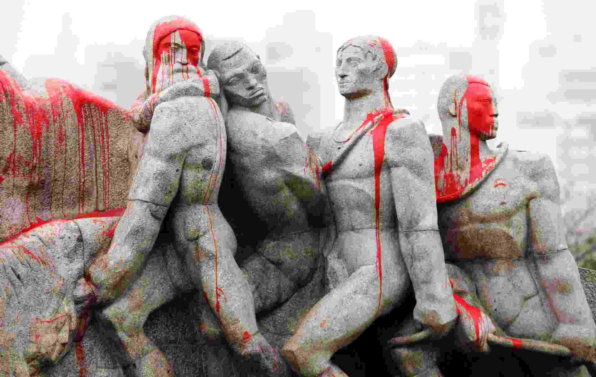 """3.out.2013 - O conjunto de estátuas do Monumento às Bandeiras, popularmente conhecido como """"empurra-empurra"""", no Parque do Ibirapuera, zona sul de São Paulo, foi pintado com tinta vermelha e pichado após protesto de movimentos sociais e indígenas na noite desta quarta feira (2) - Paulo Whitaker/Reuters"""
