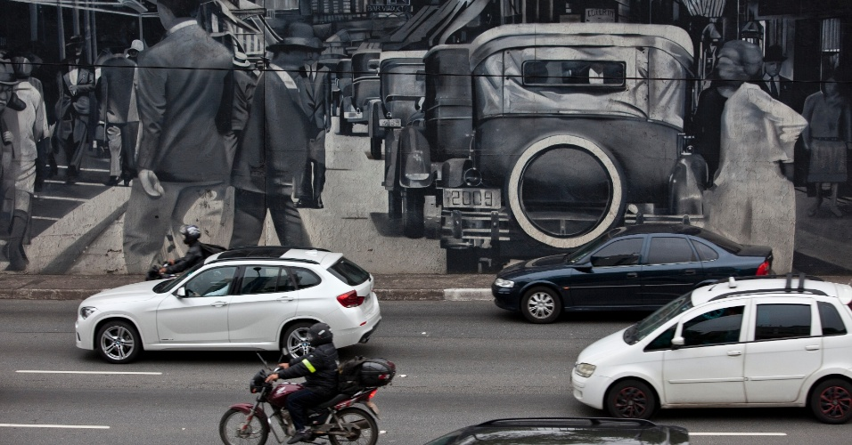 3.out.2013 - Trânsito na avenida 23 de Maio, em São Paulo, durante a manhã desta quinta-feira (3). Um dia antes, a cidade chegou a registrar 107 quilômetros de lentidão nas vias monitoradas pela CET (Companhia de Engenharia e Tráfego)