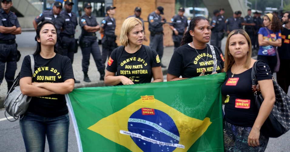 04.out.2013 - Após decidirem manter a greve iniciada no dia 8 de agosto, os profissionais da rede municipal de educação do Rio saíram em passeata em direção à prefeitura