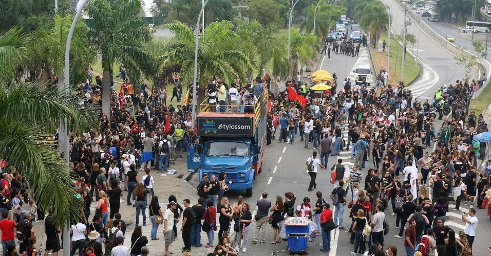 04.out.2013 - Os professores municipais do Rio de Janeiro fazem protesto em frente à prefeitura na tarde desta sexta-feira (4). Segundo a PM (Polícia Militar), há cerca de 4.000 manifestantes na passeata, que saiu da Tijuca, onde os profissionais da educação decidiram pela manutenção da greve