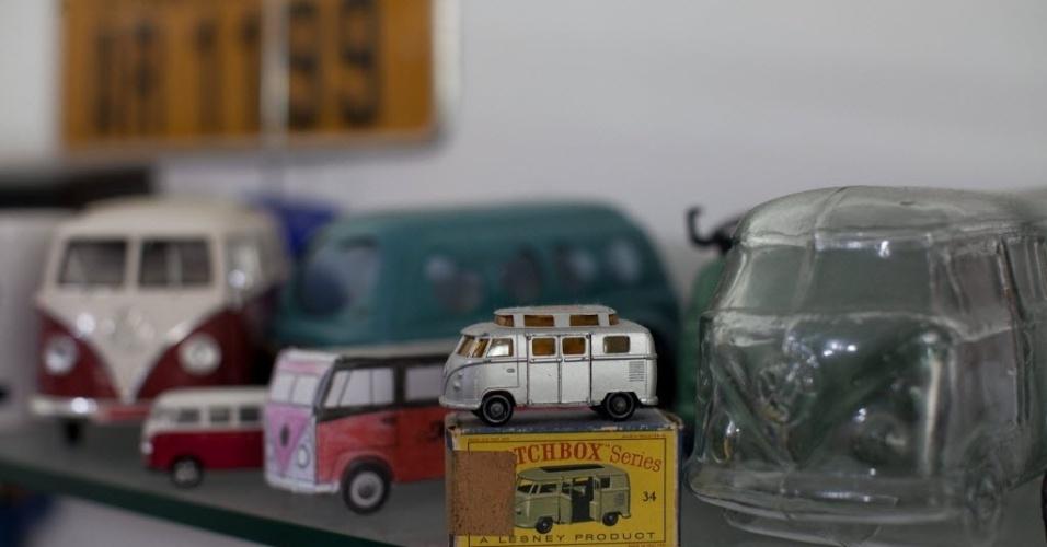 """4.out.2013 - Coleção de miniaturas de kombis do empresário Alexandre Rizzo, que mantém uma loja especializada na restauração de Kombis em São Paulo. A produção de um dos veículos símbolos da Volskwagen, a Kombi, tem seus dias contados no mundo, mas sua presença nas estradas europeias está assegurada graças ao Brasil, destinado a se tornar sua """"oficina"""" de restauração, após a escassez da """"caminhonete hippie"""" no Velho Continente"""