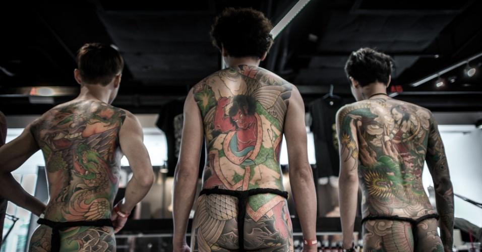 4.out.2013 - Homens exibem suas tatuagens durante convenção em Hong Kong, nesta sexta-feira (4). Artistas de diversos países participam do evento, que é o primeiro do tipo realizado na ilha