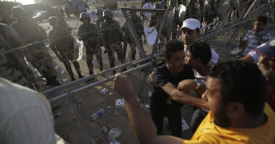4.out.2013 - Integrantes da Irmandade Muçulmana e apoiadores do presidente deposto do Egito Mohamed Mursi enfrentam a polícia em um protesto no centro do Cairo, nesta sexta-feira (4). De acordo com as autoridades, cinco pessoas morreram no Egito em manifestações