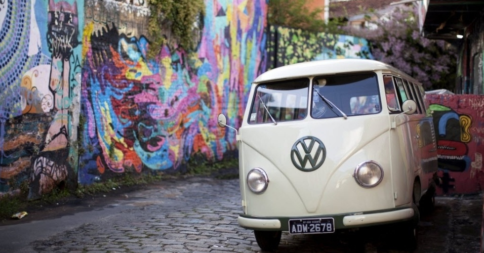 4.out.2013 - Kombi fabricada em 1958 é estacionada é São Paulo. Após mais de 60 anos, a Kombi, deixará de ser produzida, depois que o Brasil, o único país a manter o modelo de montagem, anunciou o fim da fabricação para dezembro