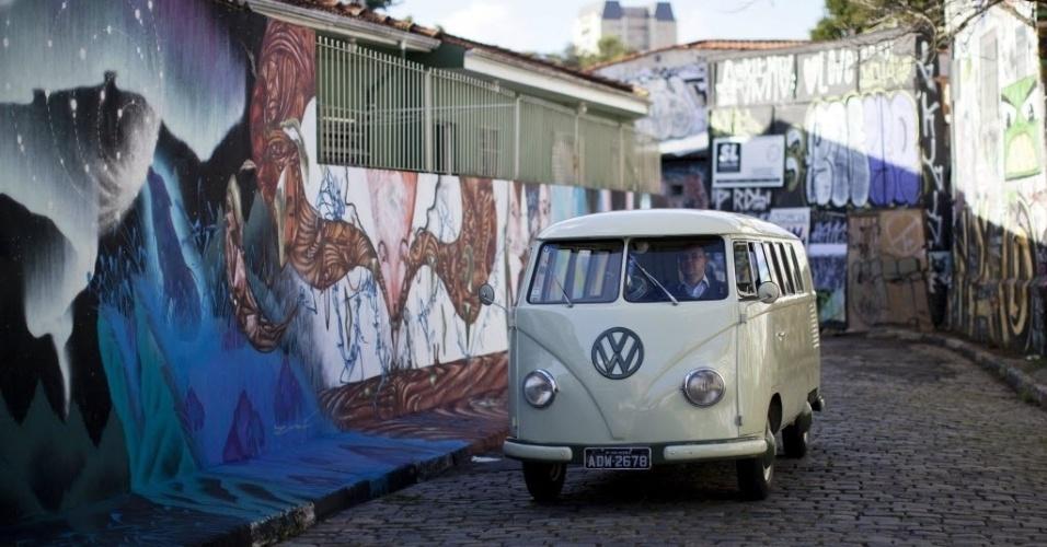 """4.out.2013 - Presidente da associação """"Sampa Kombi Clube Volkswagen?, Eduardo Gedrait, dirige o veículo em São Paulo.  Após mais de 60 anos, a Kombi, deixará de ser produzida, depois que o Brasil, o único país a manter o modelo de montagem, anunciou o fim da fabricação para dezembro"""