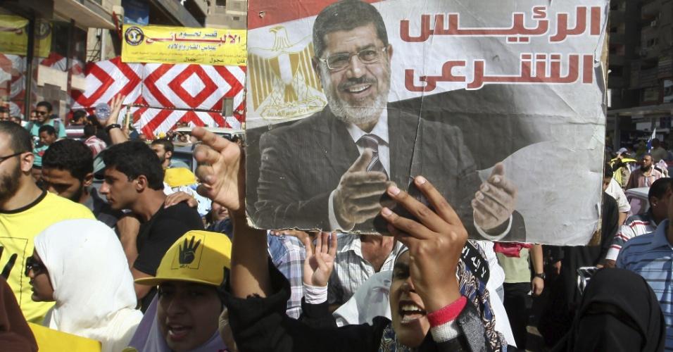 4.out.2013 - Simpatizantes do presidente deposto Mohammed Mursi protestam contra o regime militar, nesta sexta-feira (4), no Cairo. No cartaz se lê