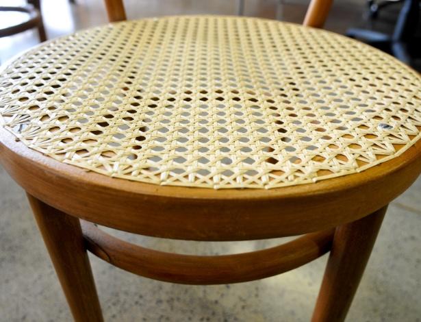 """Mas nem só de peças planejadas viveu o início da UnB (Universidade de Brasília). Essas cadeiras, que não fazem parte da pesquisa, mas são da fundação da universidade, são industrializadas. """"Nota-se que são completamente diferentes das peças que estamos estudando, mas tem a importância de ser do começo da universidade"""""""