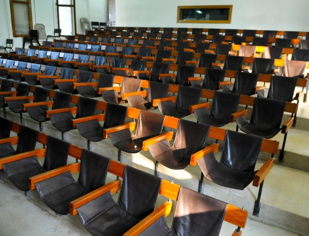 """Outro local que se destaca é o auditório do curso de música da UnB (Universidade de Brasília). As cadeiras são de couro. Nem os pesquisadores sabem que fez o projeto. """"Pensávamos que era o Sérgio Rodrigues, mas ele negou em uma entrevista que fizemos para o projeto"""", diz o professor Arthur"""