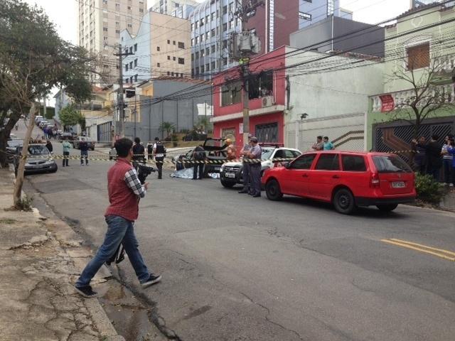 Peritos cercam local onde homem foi morto a tiros na Vila Mariana, zona sul de SP; corpo só foi retirado cerca de 6h após o crime