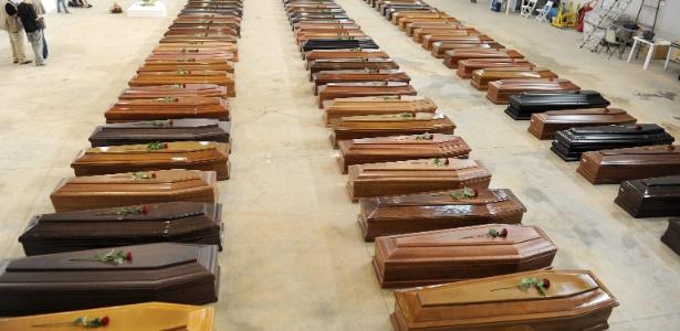 Caixões de vítimas de naufrágiopróximo à ilha de Lampedusa ficam enfileirados na Itália