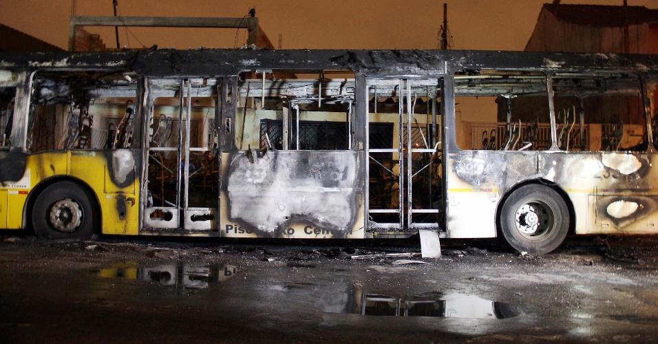 5.out.2013 - Dois ônibus foram incendiados na avenida Flamingo, no bairro de Vila Curuçá, zona leste de São Paulo