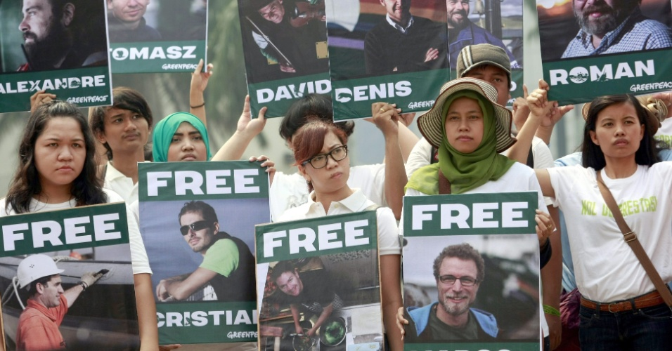 5.out.2013 - Voluntários indonésios do Greenpeace exibem cartazes durante protesto em Jacarta (Indonésia) exigindo a libertação de ativistas presos na Rússia