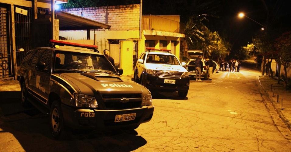 06.out.2013 - Um homem morreu na madrugada deste domingo ao trocar tiros com policiais militares da Rota, em São Paulo. O homem havia assaltado um bar e portava uma pistola.