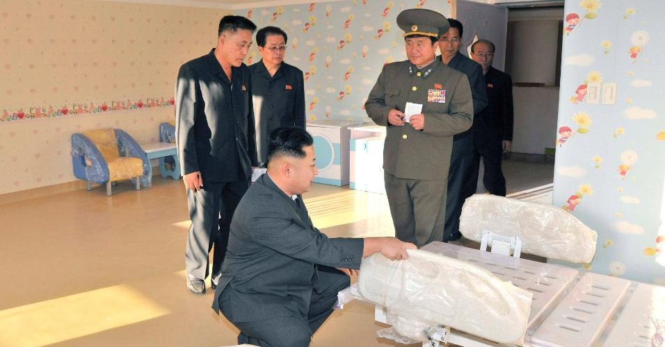 6.out.2013 - O líder norte-coreano Kim Jon Un inspeciona cama de hospital durante visita a canteiro de obras de um hospital infantil em Pyongyang (Coreia do Norte)
