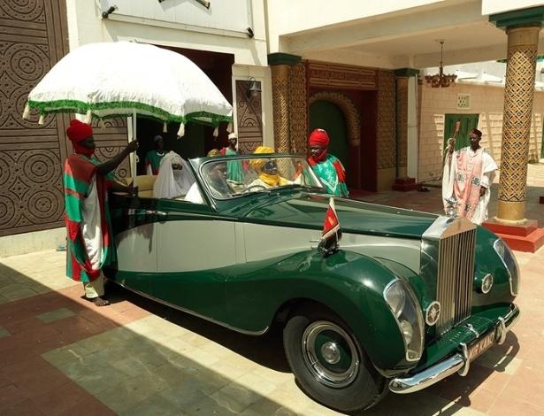As monarquias nigerianas não têm o poder de antigamente, mas guardam certa pompa e luxo, como o Rolls Royce do emir de Kano