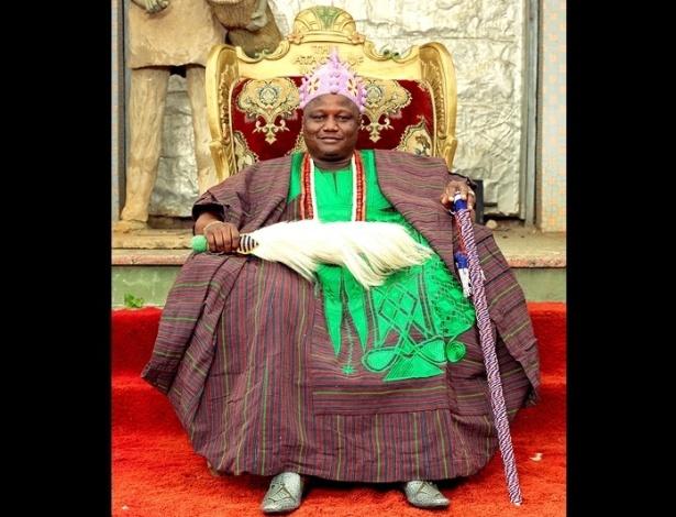 """Com a chegada dos britânicos, no século 19, novos reinos foram criados e reis designados. Nesta foto, o rei Oba Jimoh Oyetunji Olanipekun Larooyell, que tem o título de """"ataoja"""" da tribo de Osogboland"""