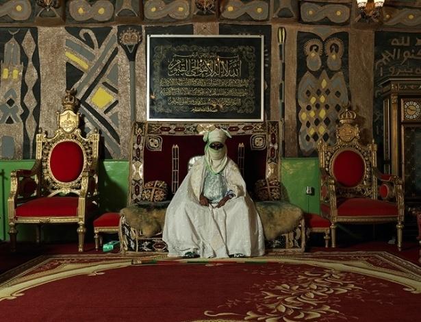 Com o rosto coberto, o emir de Kano, Alhaji Ado Bayero, posa em seu trono. As fotos fazem parte de uma exposição que abrirá dia 11 de outubro em Londres