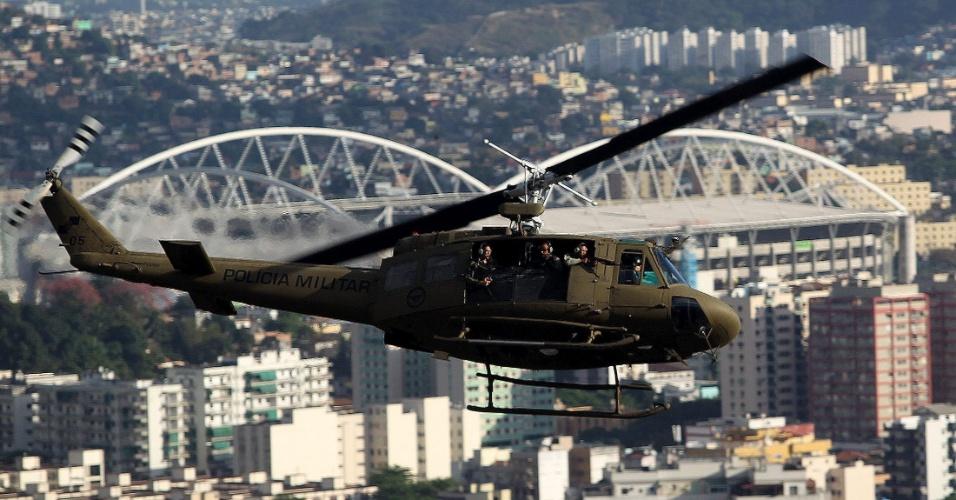 Helicóptero sobrevoa os complexos de favelas do Lins de Vasconcelos e Camarista Méier, conjuntos na zona norte do Rio de Janeiro