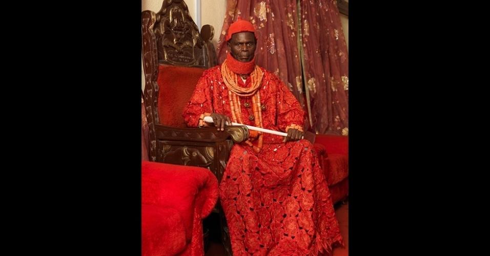 Muitos reinados existiam no país africano antes da chegada da colonização europeia. Nesta foto, o rei Pere Donokoromo 2º, do reino de Isaba