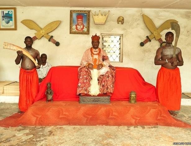 O fotógrafo nigeriano George Osodi registrou imagens inéditas dos reis da Nigéria. Nesta imagem, o monarca Oharisi III, rei de Ughelli, no sul do país