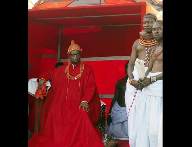 Protegido por sua guarda, Solomon Akenzua, a majestade do reino de Benin, posa para foto. A série é um trabalho de pesquisa em andamento do fotógrafo nigeriano George Osodi