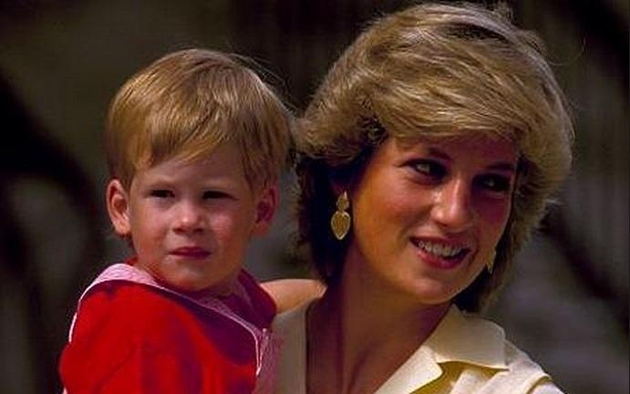 1987 - O príncipe Harry, quarto na linha de sucessão para o trono britânico, é fotografado no colo de sua mãe, a princesa Diana, em 1987