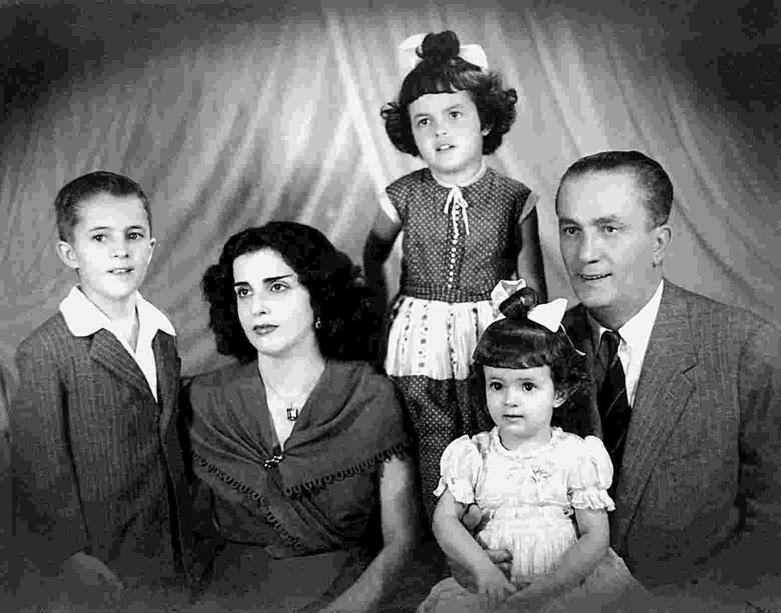 7.out.2013 - A presidente Dilma Rousseff (acima), quando criança, ao lado de seus pais e irmãos, em Minas Gerais, em foto de data desconhecida - Folha de S. Paulo/Arquivo Pessoal