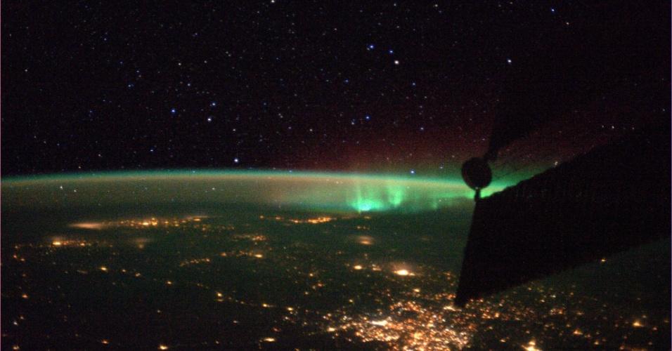 7.out.2013 - Aurora boreal e luzes dos centros urbanos iluminam região da Terra fotografada pelo italiano Luca Parmitano, astronauta da Agência Espacial Europeia (ESA, na sigla em inglês), no dia 6 de outubro de 2013
