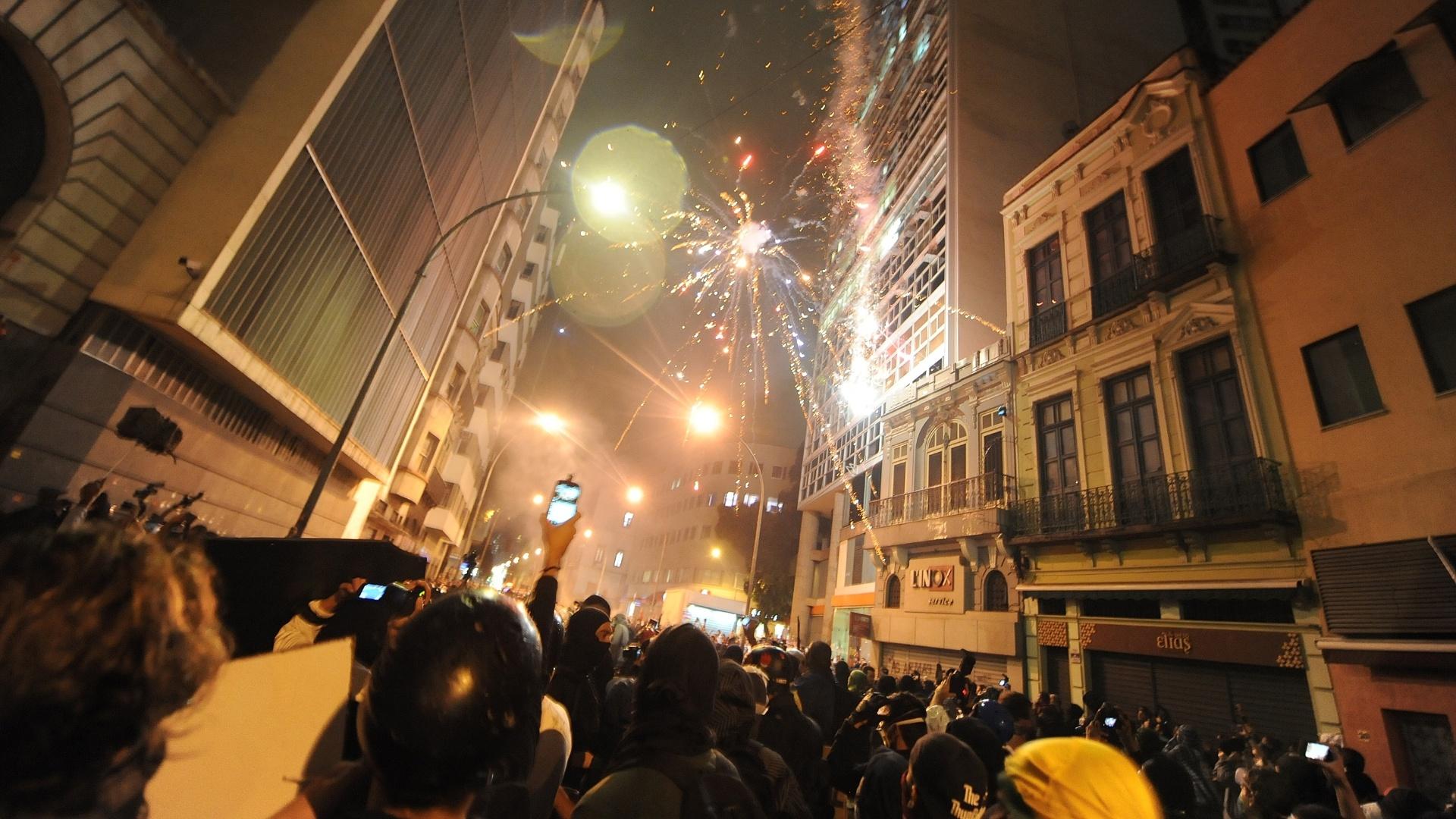 7.out.2013 - Fogos de artifício explodem durante protesto nos arredores da Câmara de Vereadores do Rio de Janeiro, na Cinelândia, região central da cidade