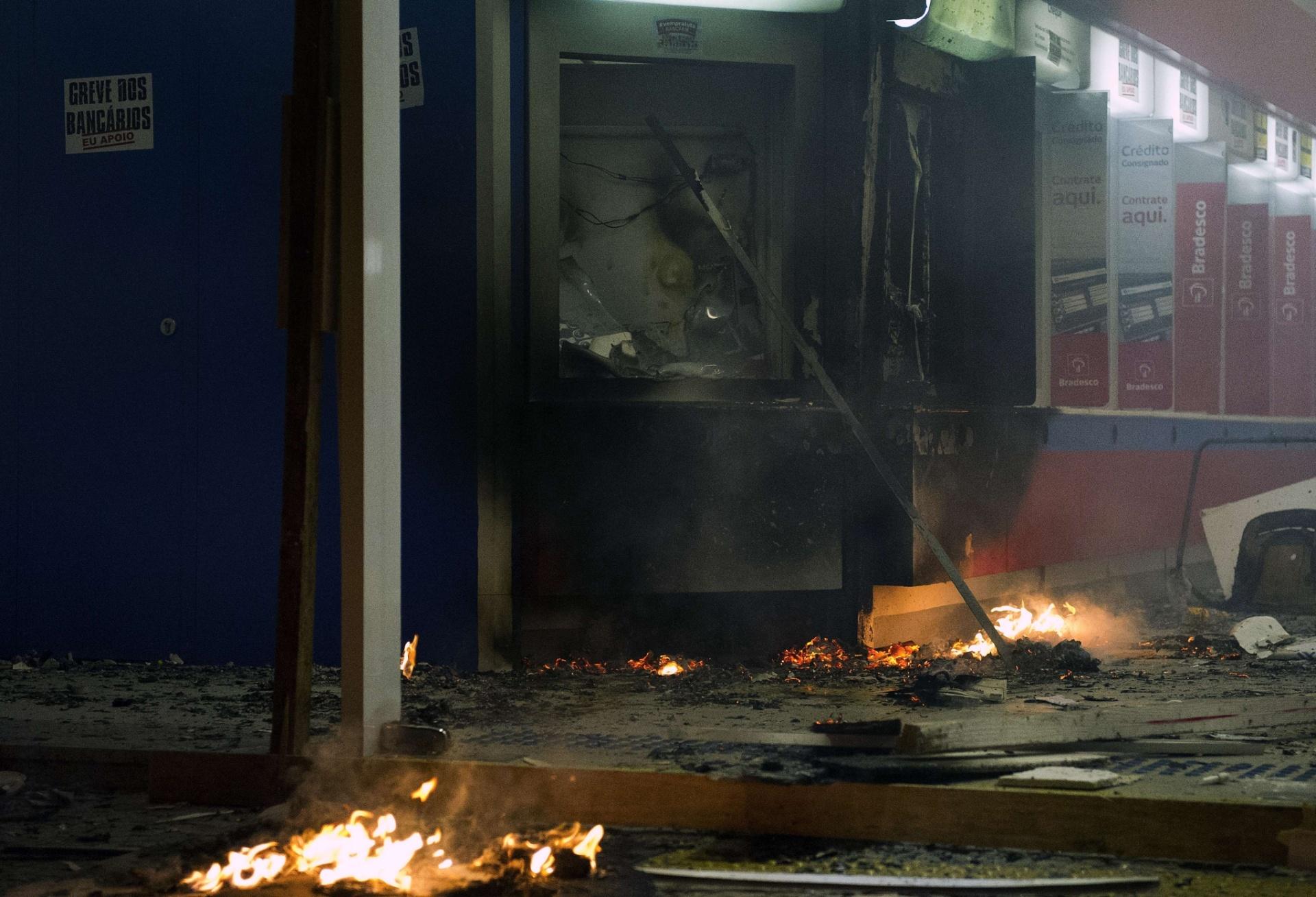 7.out.2013 - Grupo depredou agência bancárias no centro do Rio de Janeiro na noite desta segunda. Manifestantes tentaram invadir a Câmara Municipal