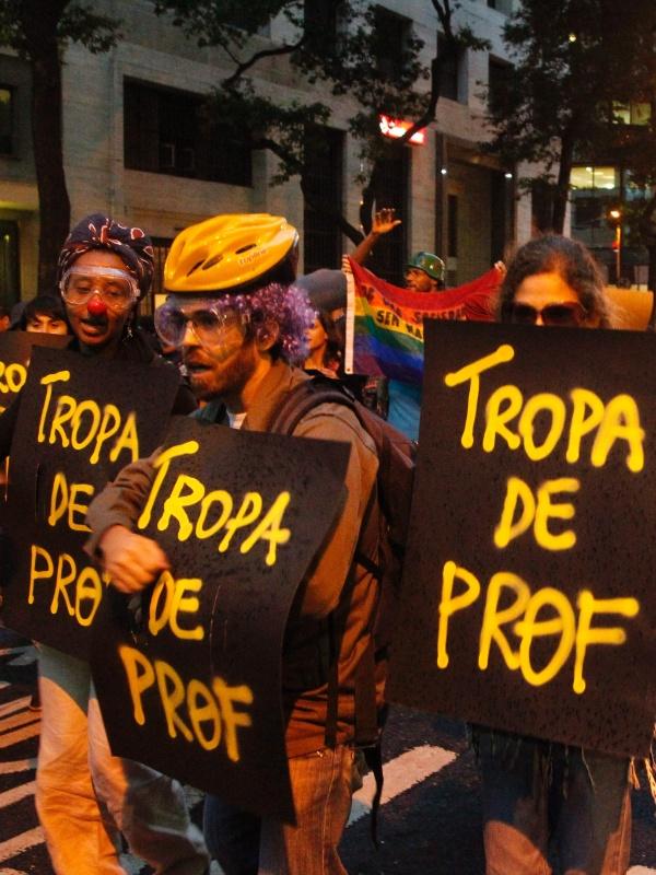 """7.out.2013 - Manifestantes formam a """"tropa"""" de professores durante ato nesta segunda no centro do Rio. Eles protestam contra a violência policial. Os professores da rede estadual e municipal estão em greve desde o dia 8 de agosto"""